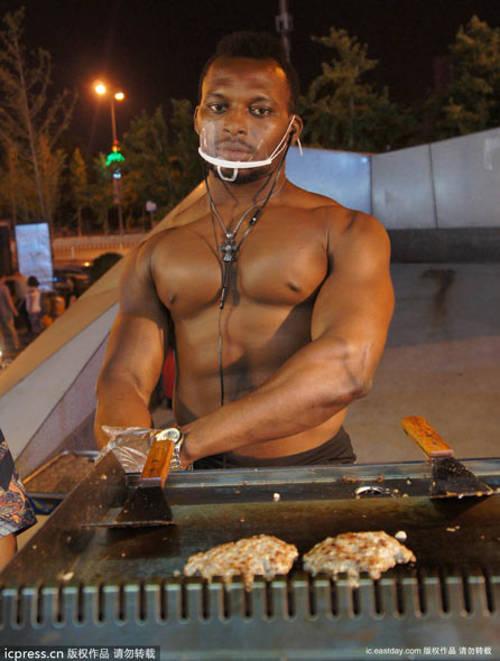 Palestrato assunto da un fast-food lavora a petto nudo (3)