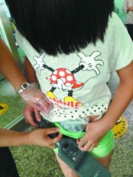 Bimbo, 8 anni, nasconde tartaruga nei pantaloni all'aeroporto