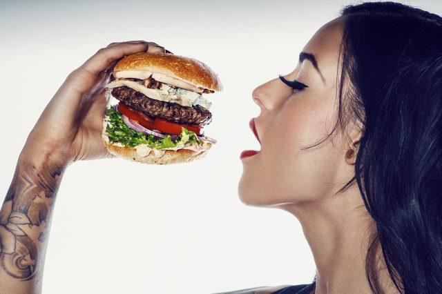 Cameriere sexy a Copenhagen servono sex toy insieme agli hamburger (2)