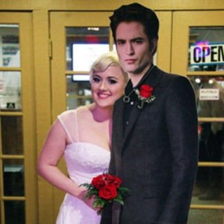 Fan di Twilight si sposa con cartonato di Robert Pattinson