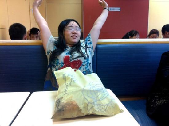 Tan Shen passa una settimana in ristorante perché mollata