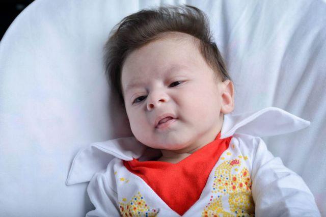 George, il bambino nato con il ciuffo di Elvis (1)