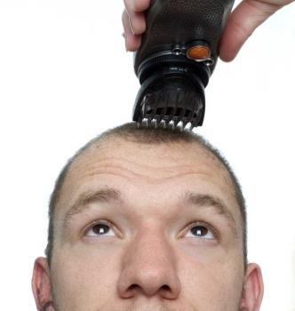 Condannato a rasarsi a zero per aver tagliato i capelli alla ex