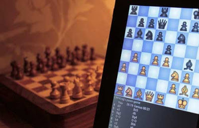 Chiamano la polizia per schiamazzi notturni, trovano un giocatore di scacchi frustrato