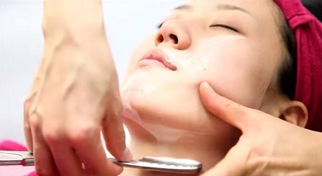 Lo sapevate che le donne giapponesi si radono il viso?