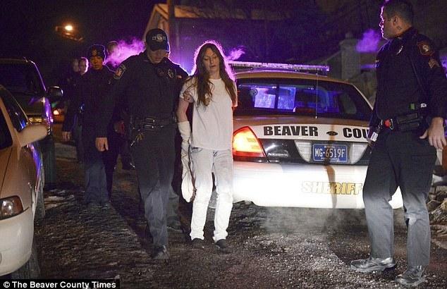 Arrestata, ruba l'auto della polizia mentre è ammanettata