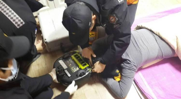 Aspirapolvere robot aspira i capelli di una casalinga mentre dorme