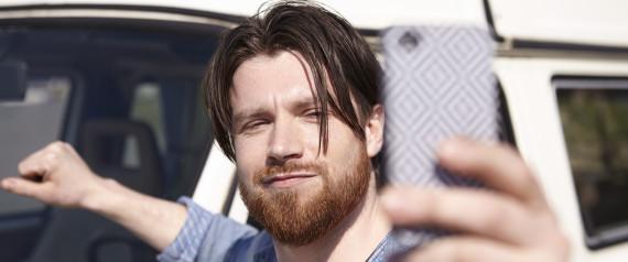 Psicologi dimostrano che gli uomini diventano sempre più narcisisti