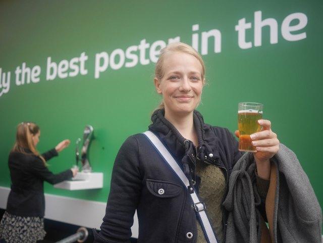 Il cartellone pubblicitario della Carlsberg che eroga birra gratuita (3)