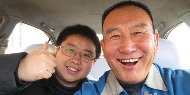 Teng, il simpatico tassista che si fa i selfie con i passeggeri (1)