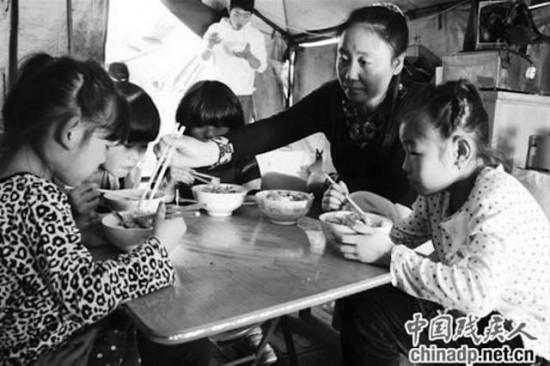 donna cinese sfama bambini adottati