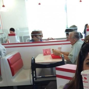 anziano pranza foto moglie