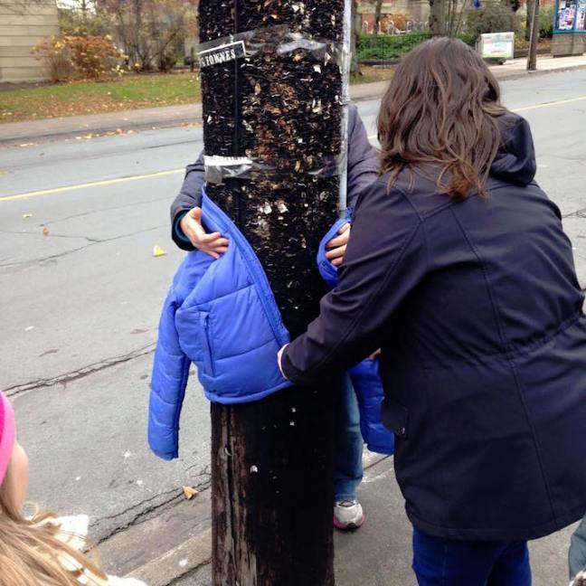 bimbi appendono giacche per la città per i senzatetto