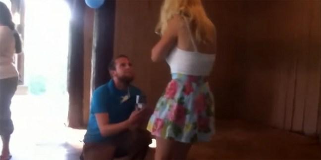 Lui le fa una proposta di matrimonio; lei sviene (VIDEO)