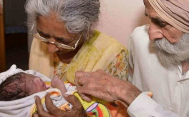 partorisce a 72 anni in india2