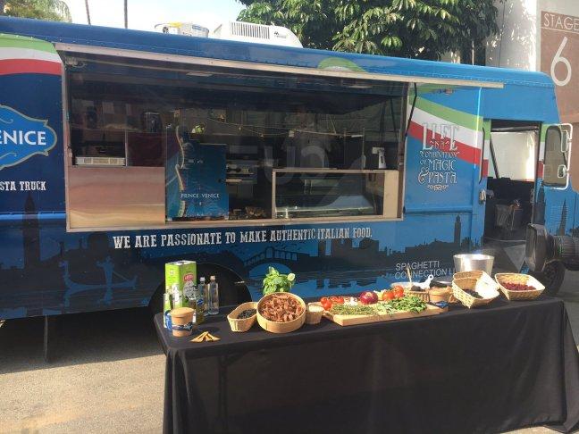 LA, Emanuele Filiberto vende pasta fresca con un furgone ambulante