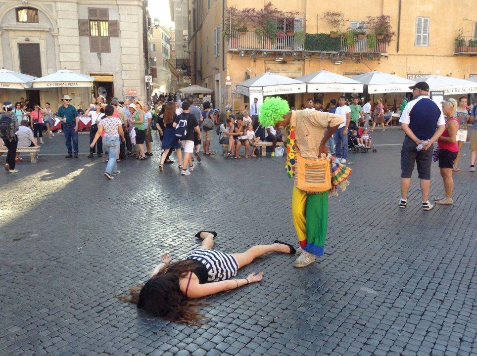 Artista si finge morta mentre i turisti scattano selfie