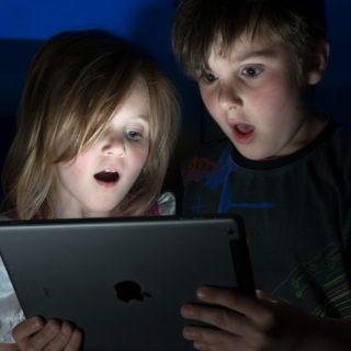 Le 15 ricerche online più assurde dei bambini trovate dai genitori