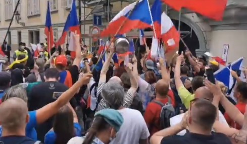 protest praha covid