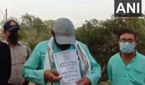 """Ti, kteří byli očkováni, dostali cedulku s barvami indické vlajky, na které stálo """"Jsem vlastenec, protože jsem očkovaný""""."""
