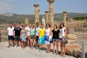 Mit den Spanisch-Sprachschülern beim Kulturausflug zur Meerenge von Gibraltar, hier in Baelo Claudia an den Säulen.