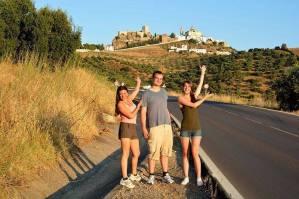 Mit den Spanisch-Sprachschülern beim Kulturausflug in Olvera, Burg und Kirche im Hintergrund.