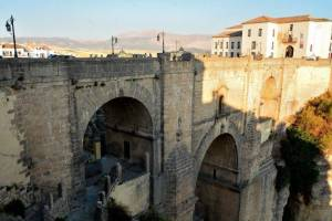 Ausflug nach Ronda mit den Spanischsprachschülern an der Neuen Brücke bei Tag.