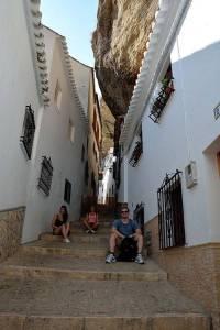 Mit den Spanisch-Sprachschülern beim Kulturausflug in Setenil de las Bodegas, calle de la Herradura.