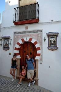 Mit den Spanisch-Sprachschülern beim Kulturausflug in Setenil de las Bodegas, muslimisch-christliches Haus.