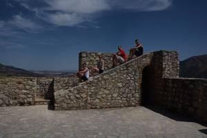 Mit den Spanisch-Sprachschülern beim Kulturausflug der Weißen Bergdörfer, hier auf der Rampe von der Burg von Zahara de la Sierra.