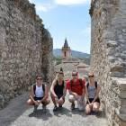 Mit den Spanisch-Sprachschülern beim Kulturausflug der Weißen Bergdörfer, zwischen den Mauern von Zahara de la Sierra mit der Kirche im Hintergrund.