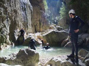 Mit den Spanisch-Sprachschülern beim canyoning in der Garganta Verde in Zahara de la Sierra im Parque Natural Sierra de Grazalema, im Wasser.