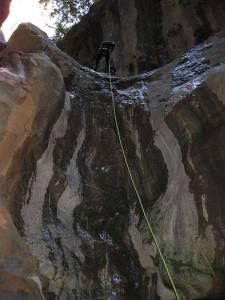 Mit den Spanisch-Sprachschülern beim canyoning in der Garganta Verde in Zahara de la Sierra im Parque Natural Sierra de Grazalema, drittes Abseilen.