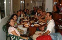 Cena con alumnos en un piso compartido en O Grove