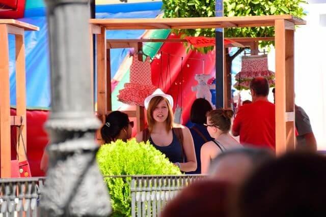 alumnos extranjeros en el mercado artesanal de la fiesta benéfica del 10º aniversario de Academia Pradoventura