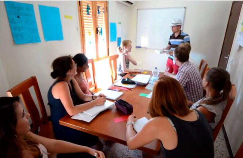 Conversation class for students in Spanish language school