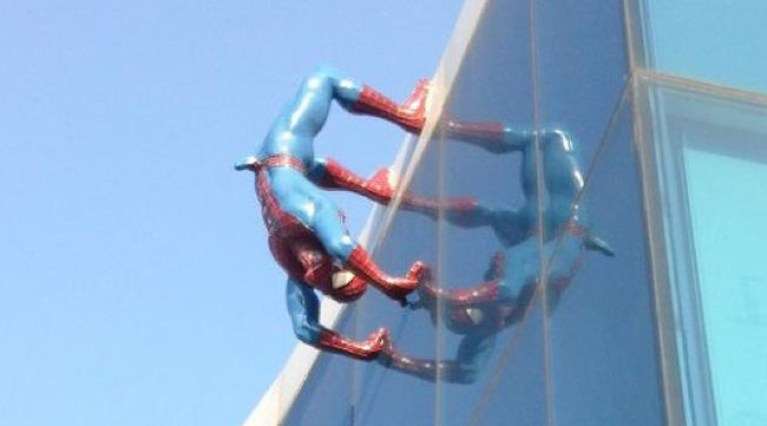 Spiderman-empalmado-ereccion-estatua_de_Spiderman-supermercado-corea_del_sur