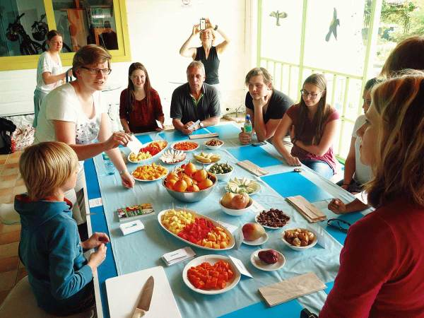 Tropical fruit tasting class at Spanish school