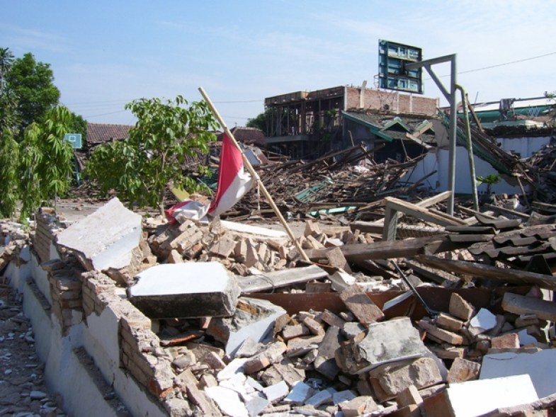 kliping bencana alam Gempa 27 Mei Bendera Merah Putih