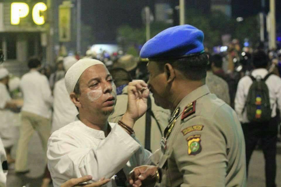 foto mengharukan aksi damai 4 november bela islam