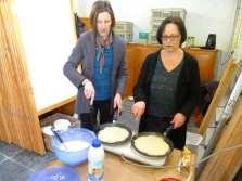 Conny van het secretariaat en Anneke van het academieteam bakken ook pannenkoeken