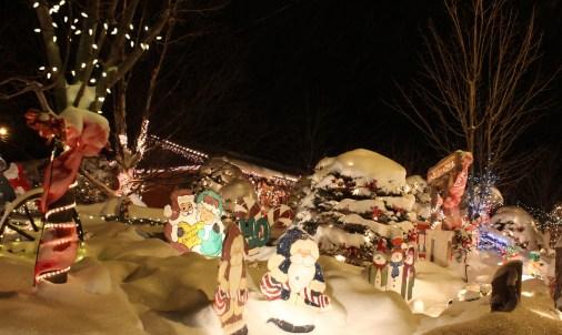 Chaque années de nouveaux personnages et de nouvelles lumières viennent enrichir le décor de cette maison de Saint-Isidore. - Acadie Nouvelle: Pierre Leyral