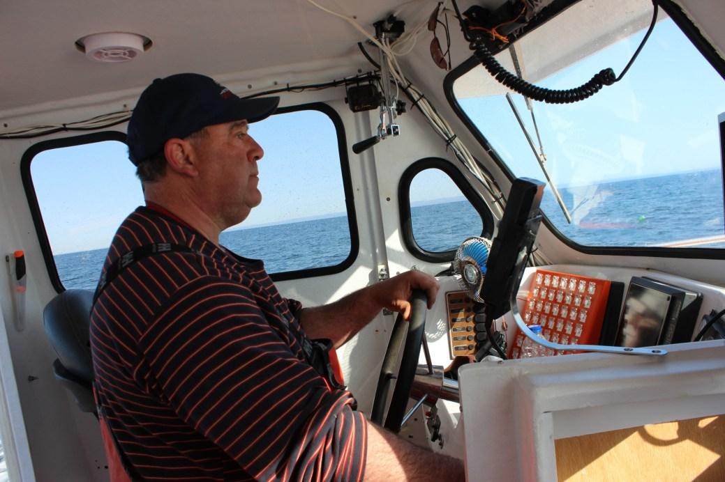 Le capitaine Bertrand Blanchard connait les positions précises de ses trappes grace au GPS. - Acadie Nouvelle: Pierre Leyral