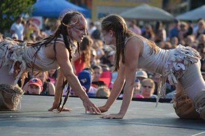 Deux artistes de la compagnie The Carpetbag Brigade des États-Unis en performance au Festival du cirque. -Acadie Nouvelle: Sylvie Mousseau
