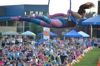 Michelle Maillet dans un numéro de cerceau aérien au-dessus de la foule à la Place 1604. -Acadie Nouvelle: Sylvie Mousseau