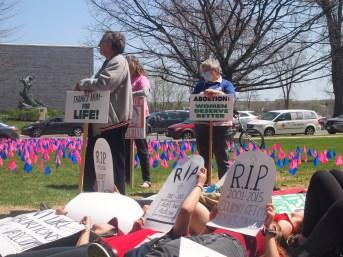 Les deux camps dans le dossier de l'avortement ont croisé le fer sur le parterre de l'Assemblée législative. - MRC