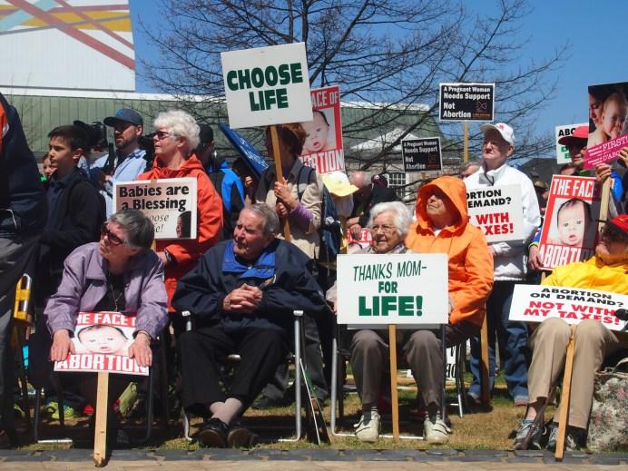 Mathieu Roy-Comeau. Environ 300 opposants à l'avortement se sont présentés devant l'Assemblée législative, jeudi. - MRC
