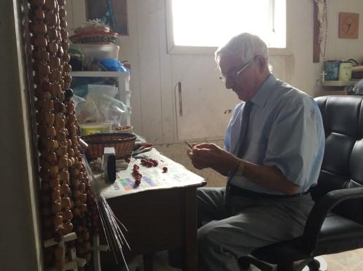 02.09.2015 - VP - Ephrem Paulin de Sainte-Marie-Saint-Raphaël confectionne des chapelets chez lui depuis 30 ans.