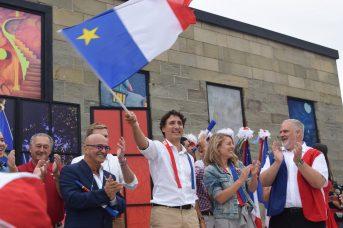 Justin Trudeau brandit le drapeau acadien lors d'un passage à Caraquet, en 2016. Le premier ministre n'a toujours pas rencontré les dirigeants de la Fédération de communautés francophones et acadienne depuis son élection, il y a maintenant plus de deux ans. - Archives