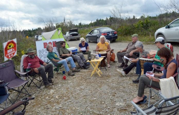 Un groupe de citoyens occupe depuis quelques jours une terre de la Couronne située dans le secteur de White's Brook au Restigouche afin de protester contre l'épandage d'herbicides. – Acadie Nouvelle: Jean-François Boisvert
